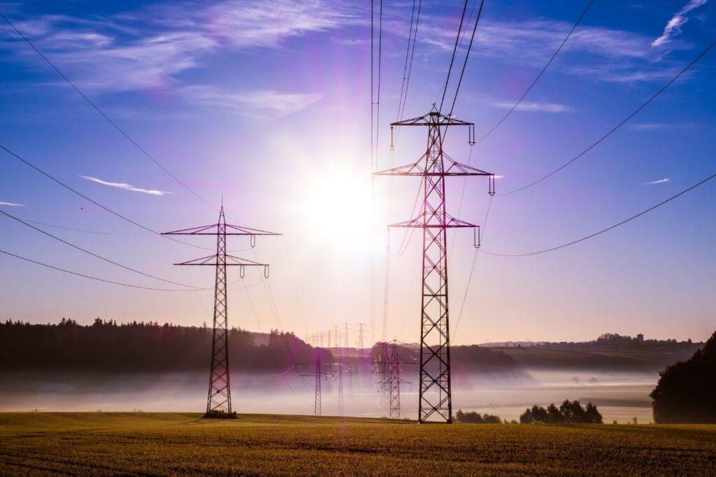 Strommasten in Deutschland führen Strom aller möglichen Preise